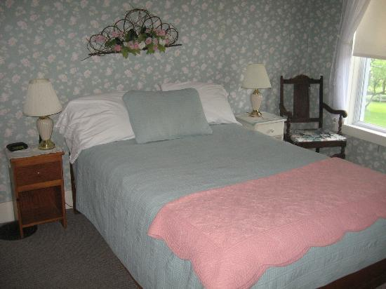 Rodgers Country Inn & Cabins: full size bed at B&B