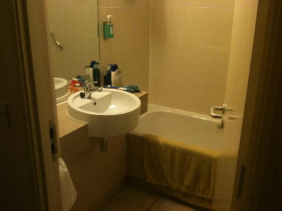 Jurys Inn Swindon: small but clean bathroom