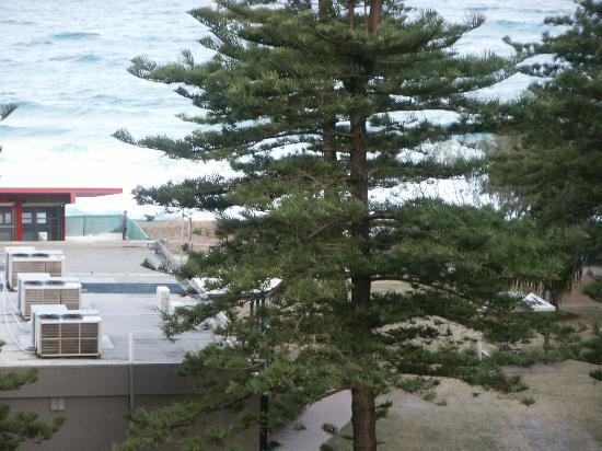 เดวิลเลอพาร์ตเมนท์: Beach across the road