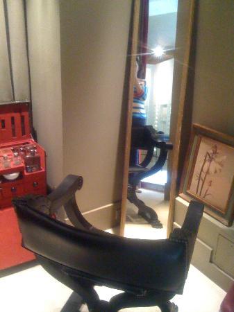 Park Hyatt Paris - Vendome: Part of the salon room 