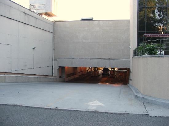 Hyatt Regency Morristown: ENTRANCE TO UNDERGROUND PARKING