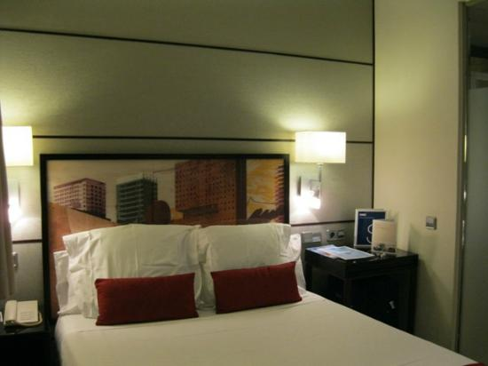 H10 Universitat Hotel: View of room from the door