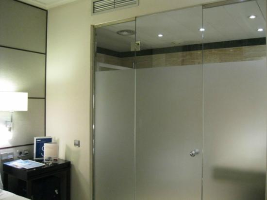 H10 Universitat Hotel: Large Bathroom for tiny room