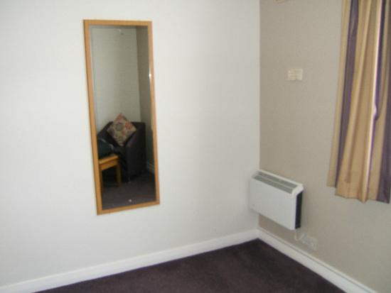 Premier Inn Doncaster (Lakeside) Hotel: Mirror and wall heater