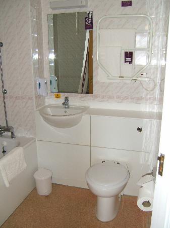 Premier Inn Doncaster (Lakeside) Hotel: bathroom