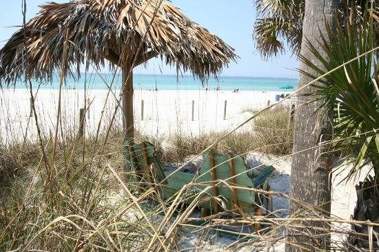 Holiday Terrace Motel: Private beach area