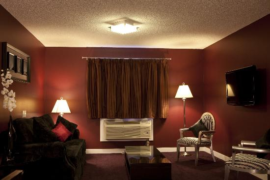The Barrhead Inn & Suites: Royal Suite Living Room