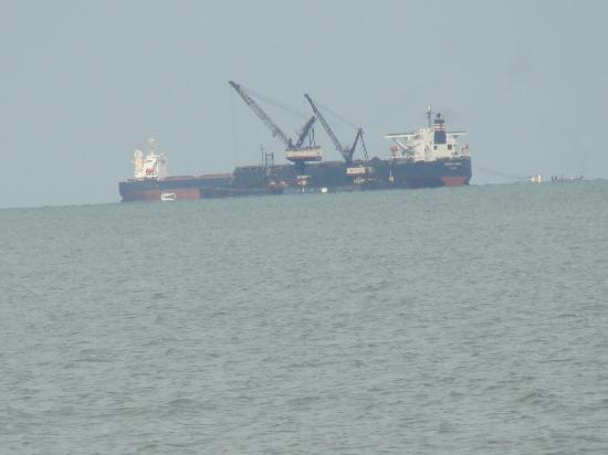 Decameron Galeón: Barcos cargando carbón