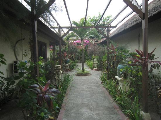 Villa Almarik Resort Lombok: Giardino