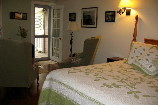 Folkestone Inn : Room with king bed