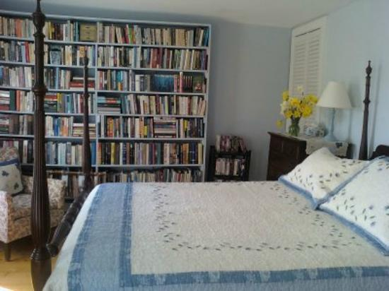 Pie-in-the-Sky Farm Bed & Breakfast: Library bedroom