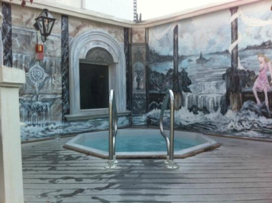 Le Pavillon Hotel: rooftop hot tub