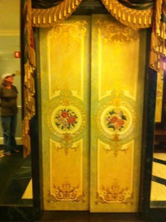لو بافيلون هوتل: elevator 