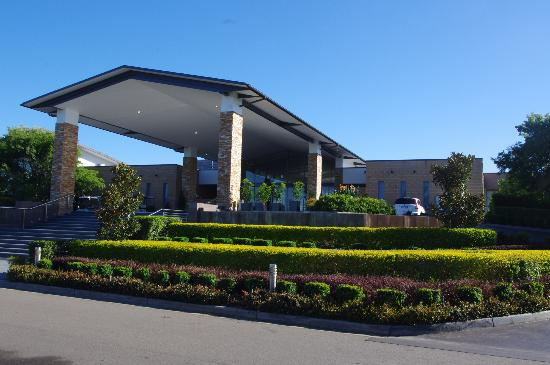 Crowne Plaza Hunter Valley: The Crowne from the front