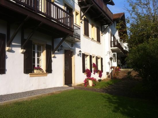 Jardins de Bakea : la façade et le jardin