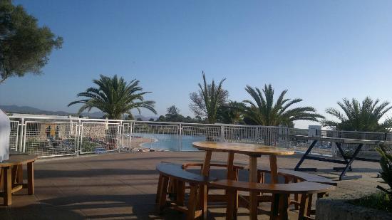 Club Marmara Del Mar: Vue des tables exétieurs sur la piscine