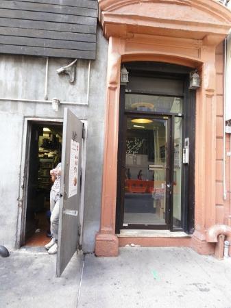 W55NY: ドミトリー入り口はアジア料理屋の厨房と隣り合わせでいつもドアが開けたまま。 油っぽい臭いが窓から部屋の中まで入ってきます。