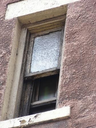W55NY: 窓はホコリというか一面泥だらけ。部屋の窓から何が見えると思います?? これで部屋もトイレもシャワーも奇麗かどうか想像つくでしょう。