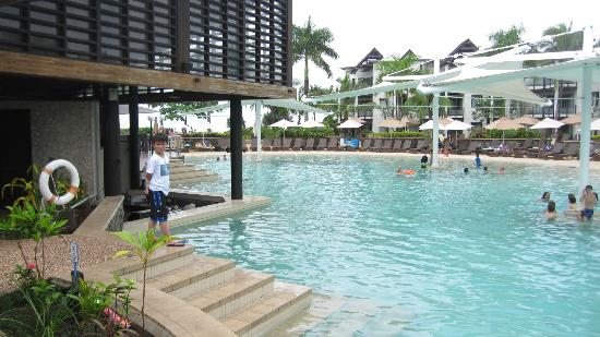 Radisson Blu Resort Fiji Denarau Island: The poolside bar with under water bar stools.