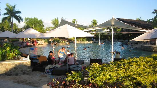 Radisson Blu Resort Fiji Denarau Island: The main pool area opposite from the pool bar.