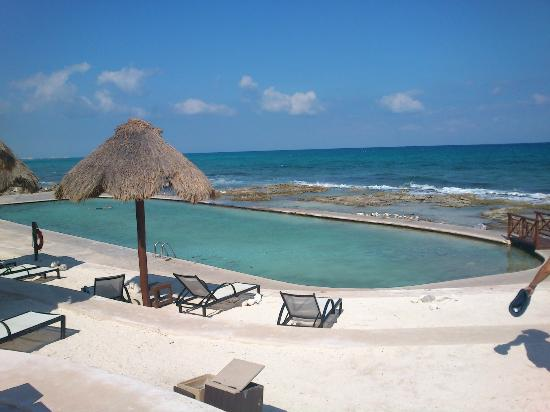 The Royal Suites Yucatan by Palladium: La piscina de rocas