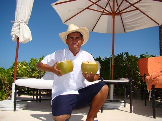 Zoetry Paraiso de la Bonita: Cocktail delivery from a true star, Pepe!