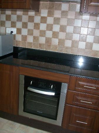 Pearl Marina Hotel Apartments: kitchen