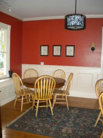 Acacia House Inn: Another view of the dining room