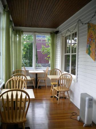 Acacia House Inn: Porch/dining room
