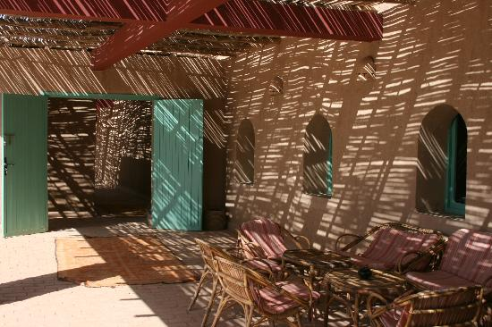 Dar El Janoub: Lounge around outside in the shade.