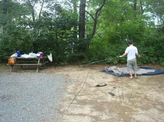 Peters Pond RV Resort: Husband trying to setup the tent
