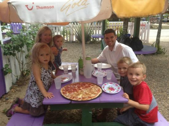 Fat Boyz Pizza: Great place for the family!