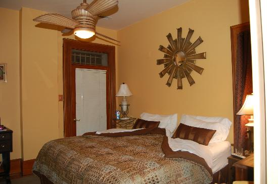 Mt. Vernon Square Bed and Breakfast: Copper Room