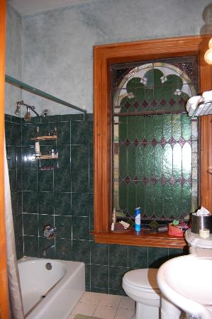 Mt. Vernon Square Bed and Breakfast: Copper Room Bathroom