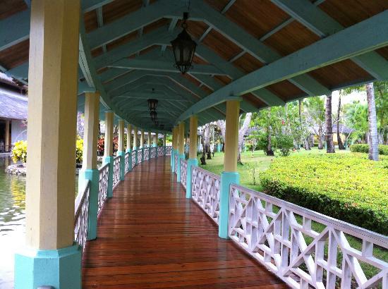 Iberostar Bavaro Suites: walkway