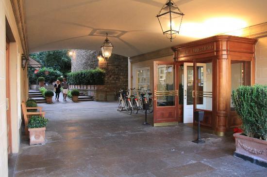 هوتل لونجارنو: Hotel entrance