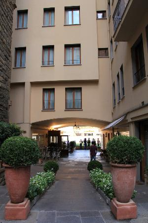 Hotel Lungarno: Looking towards the hotel
