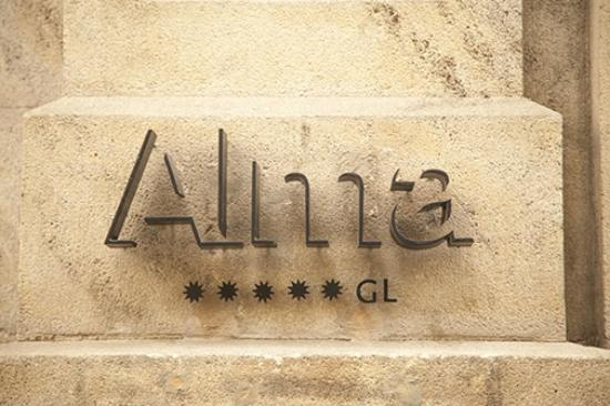 Alma Barcelona: Tiny and subtle sign (unpretentious)