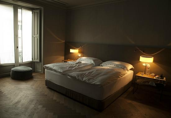 Alma Barcelona: Our bedroom - utterly sumptuous beds/pillows