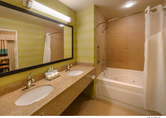 Holiday Inn Express Red Bluff - South Redding Area: Jacuzzi Suite Bathroom