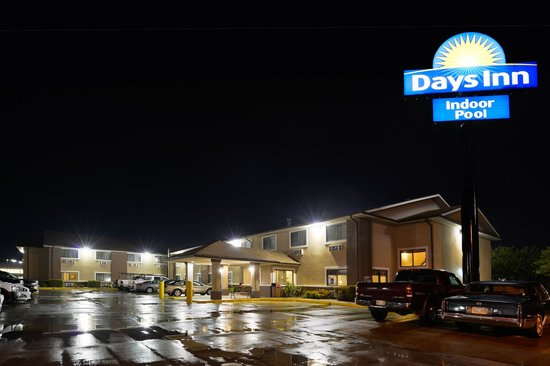 Days Inn Topeka: Exterior Night time