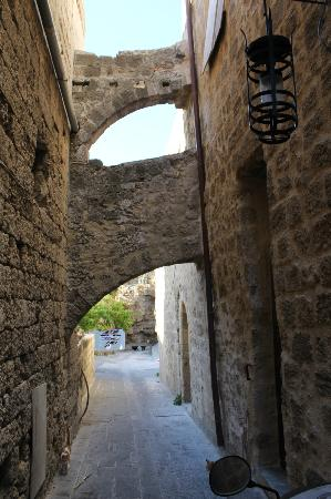 Camelot hotel: The alley near the hotel