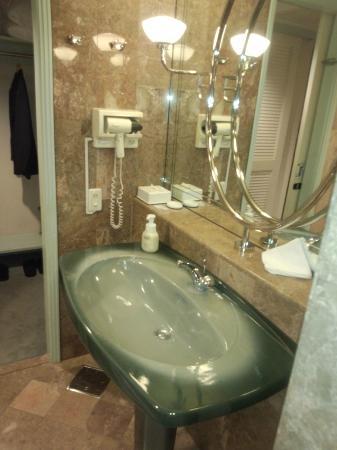 Kurashiki Royal Art Hotel: 洗面台も豪華