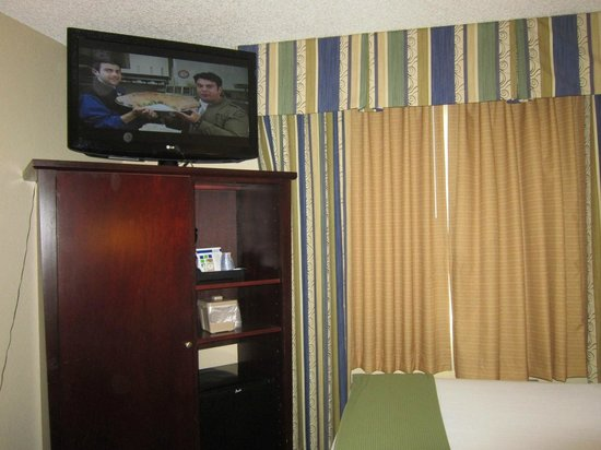 Holiday Inn Express Hotel & Suites Wheat Ridge-Denver West: Nice large flat screen ... but near the ceiling