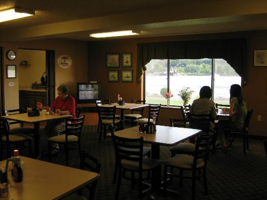 Super 8 Houghton: Breakfast room overlooking water