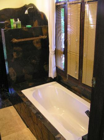 โรงแรมบ้านน้ำปิง: Clean and well laid out bathroom in the Deluxe Bungalow