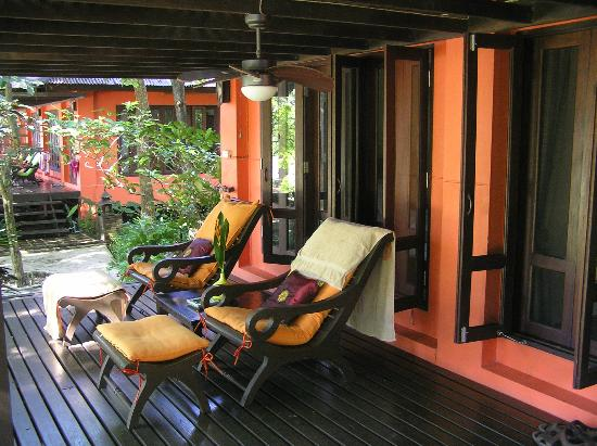 Baannamping Riverside Village: Deluxe Bungalow verandah
