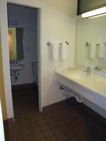 Lemon Tree Inn: Bathroom Area