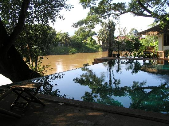 Baan Nam Ping Riverside Village : Pool reflections with the River behind
