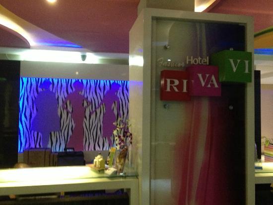 Rivavi Hotel: Reception Desk
